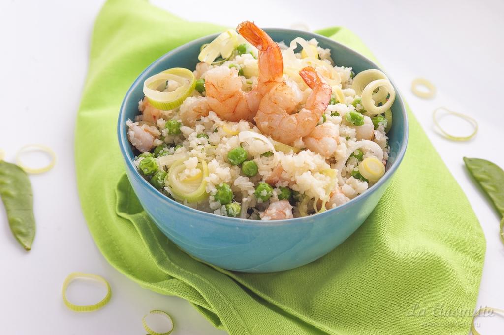 Рис из цветной капусты с креветками, луком-пореем и зеленым горошком