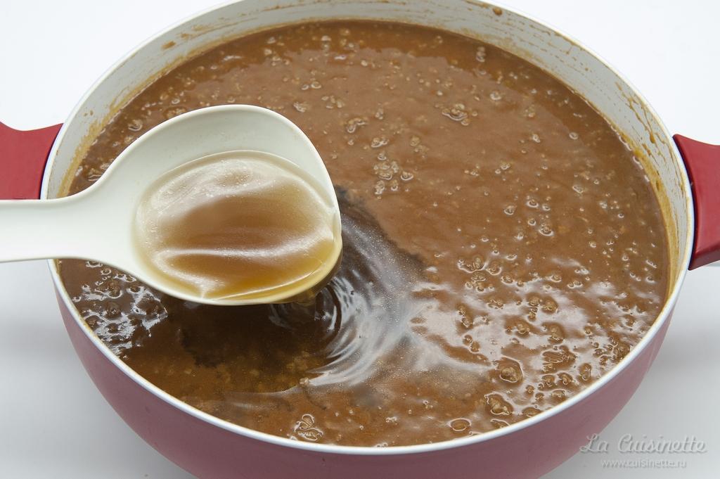 добавление красного бульона в соус