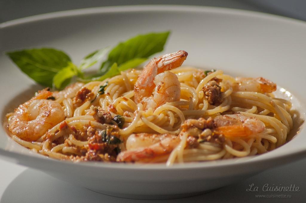 Спагетти с жареными креветками и соусом песто из вяленых томатов
