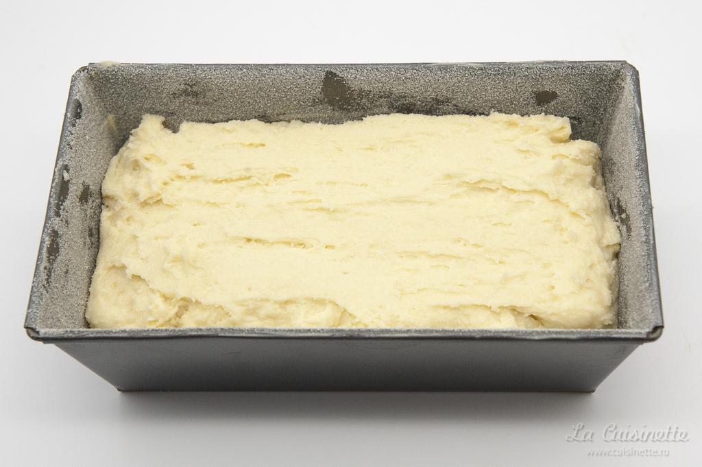 тесто для кекса внутри подготовленной формы